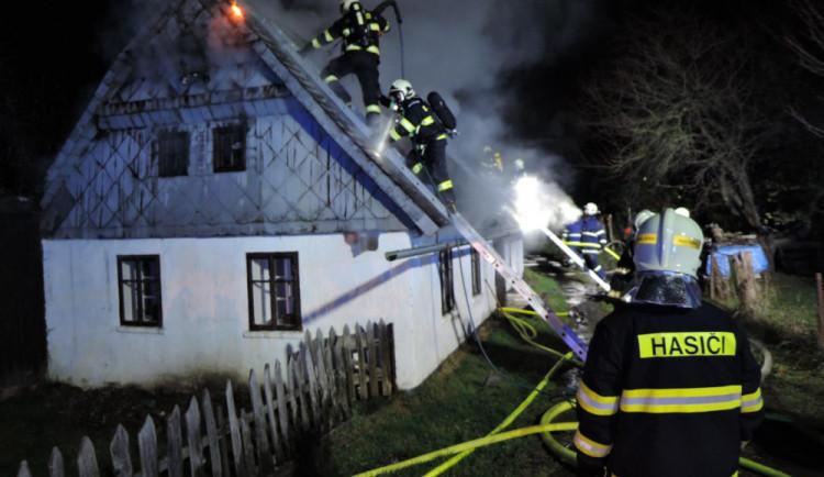 FOTO: Včera zasahovali hasiči u požáru chalupy. S ohněm bojovali skoro dvě hodiny