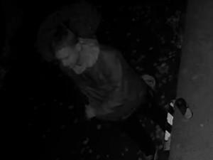 VIDEO: Policisté hledají autora nápisu na zdi. Kamera zachytila mladíka se sprejem, poznáte ho?