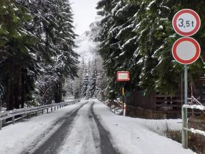Silničáři uzavřeli kvůli sněhu silnici 290 kolem přehrady Souš v Jizerkách