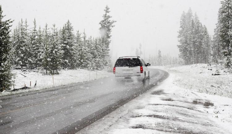 Sníh sice už nepadá, na silnicích ale stále buďte opatrní