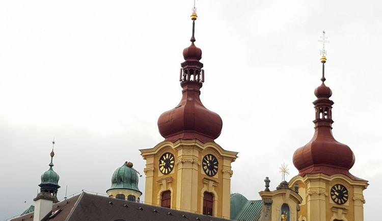 Na bazilice v Hejnicích je poškozená kupole jedné věže