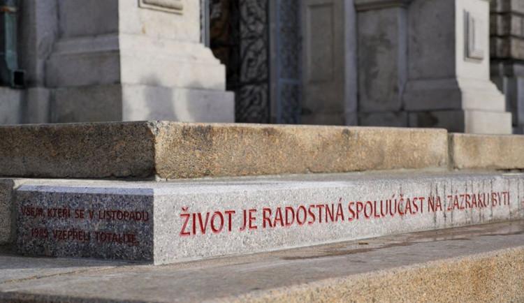 Sametovou revoluci v Liberci připomíná schod s Havlovým citátem