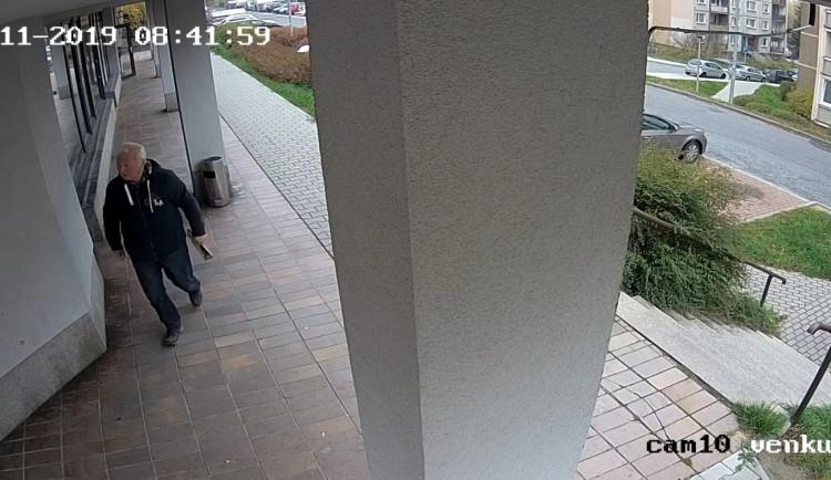 Tajemný dopis plný výhrůžek. Policie se obrací na veřejnost. Nepoznáte muže na fotce?