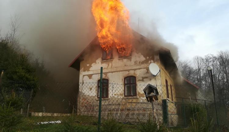FOTO: Rozsáhlý požár rodinného domu v Držkově. Plameny šlehaly ven okny