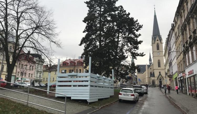 Terasa zmrzlinárny ze Sokoláku zmizí. Město chce mít zelené plochy nadále zelené