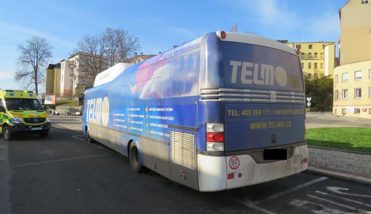 Autobus mělo ohrozit červené auto, zranila se cestující. Hledají se svědci