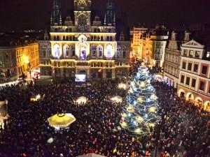 Vánoční strom svítí, v sobotu začne adventní program na náměstí