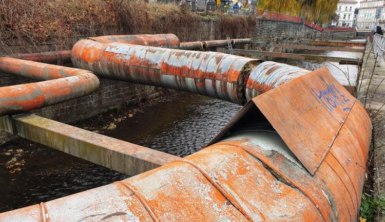 Parovody mizí z koryta Nisy před krajským úřadem, nahradil je horkovod