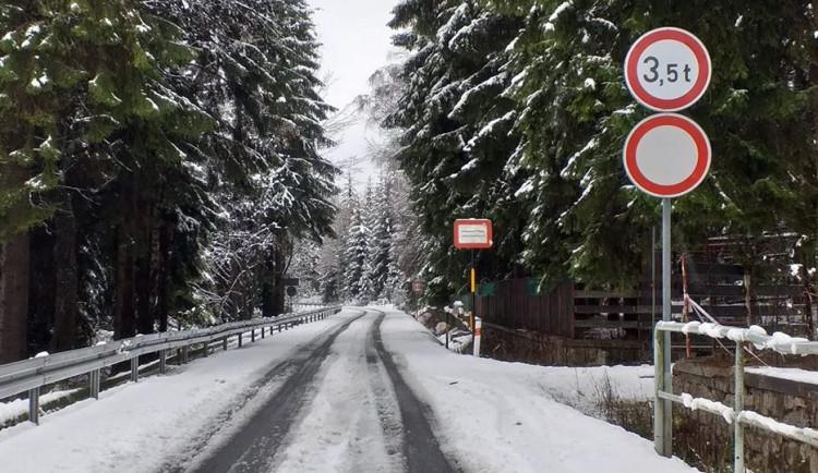 Předpověď hlásí ochlazení, v pátek o půlnoci se na zimu uzavře silnice přes Souš
