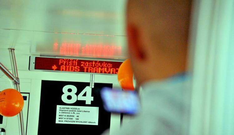 Na Liberecku roste počet případů HIV. Dopravní podnik na terminál MHD přistavil osvětovou tramvaj