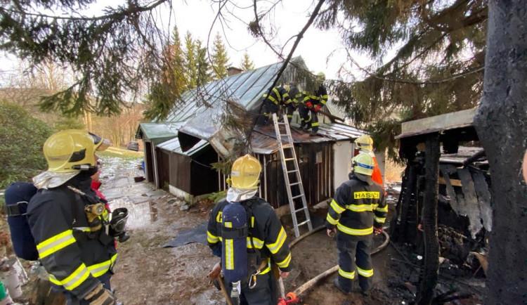 FOTO: K požáru domu a kůlny jeli hasiči po sjezdovce. Vodu brali ze zasněžovacího systému