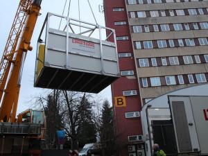 Stěhování cétéčka do nemocnice. S přístrojem za sedmnáct milionů pomohl jeřáb