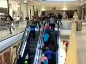 VIDEO: Šílenství v Jablonci. Lidé vzali útokem obchod s mobily