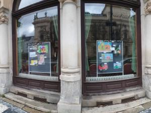 Nová výzdoba kavárny Pošta: Děti ztvárnily poutání při cestování