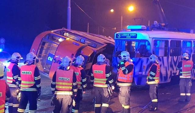 FOTO: V Hanychově se srazily tramvaje, jedna se převrátila