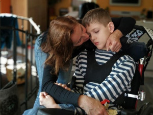 Malý Liam porazil leukémii, potýká se s následky kómatu. Jeho příběh je o síle bojovat a žít, říká maminka