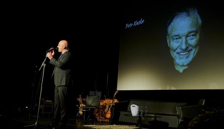 Zpěvák Petr Kusko pokračuje v adventních koncertech. V neděli zazpívá v Osečné, potom v Mníšku
