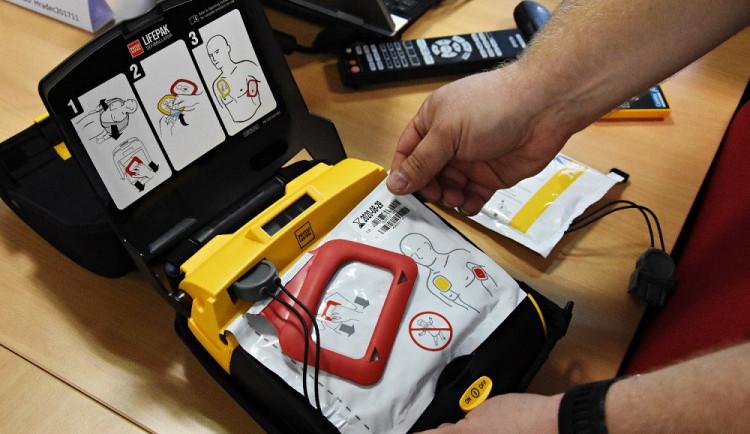 Záchranáři z kraje dostali díky dotacím nové sanitky i defibrilátory
