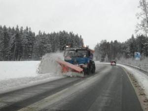 Silnice Libereckého kraje pokryl sníh. Silničáři proto řidičům radí, aby jezdili opatrně