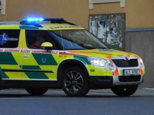 Auto na přechodu v Jablonecké ulici srazilo dvě děti. Sanitky je převezly do liberecké nemocnice