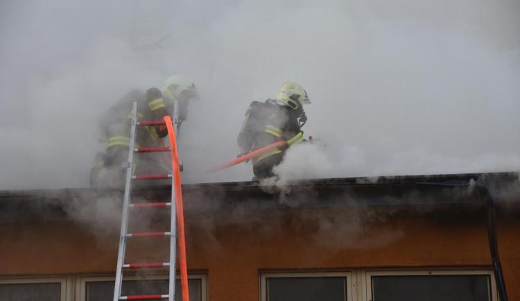 FOTO: V České Lípě hořela ubytovna. Na místě zasahovalo deset jednotek hasičů
