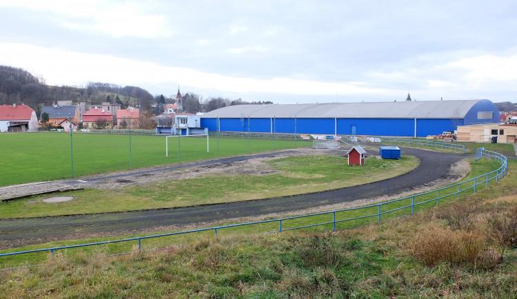 Fotbalové hřiště za zimákem ve Frýdlantu se promění v moderní atletický stadion