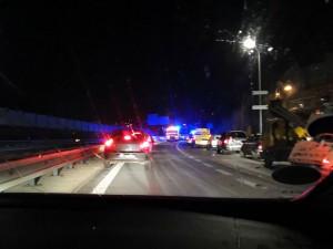 Na příjezdu od Jablonce havarovalo deset aut. Nájezd na průtah byl v obou směrech uzavřený
