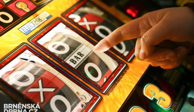 Gambler kvůli touze hrát na automatech ukradl peníze na charitu