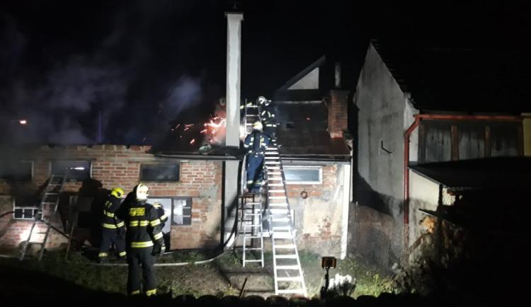 Včera večer zasahovali hasiči při požáru přístřešku v Turnově