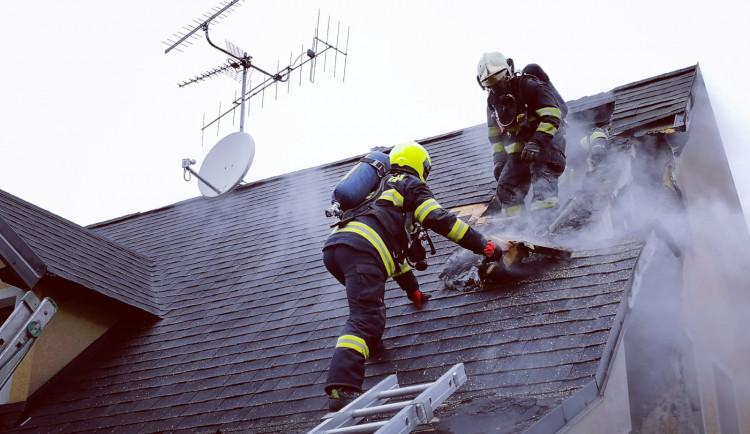 FOTO: Ve Velenicích vzplál rodinný dům. Byl vyhlášen druhý požární poplach