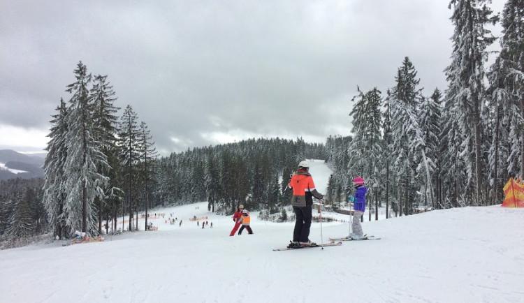V kraji si první nadšenci užili o víkendu lyžovačku. A sezonu zahájily i první skiareály