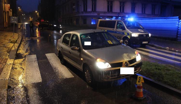 Vážná nehoda na přechodu v Jablonci. Sražená žena utrpěla těžká zranění