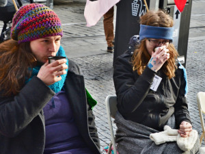 Lidé na Andělu drží hladovku, upozorňují na klimatickou krizi. Mezi nimi i Zuzana z Liberce