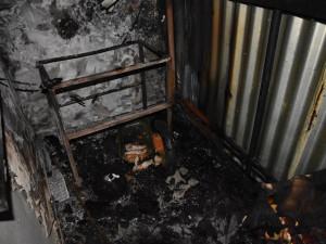 Na balkoně paneláku vzplála svíčka, evakuováno bylo celkem sedm osob