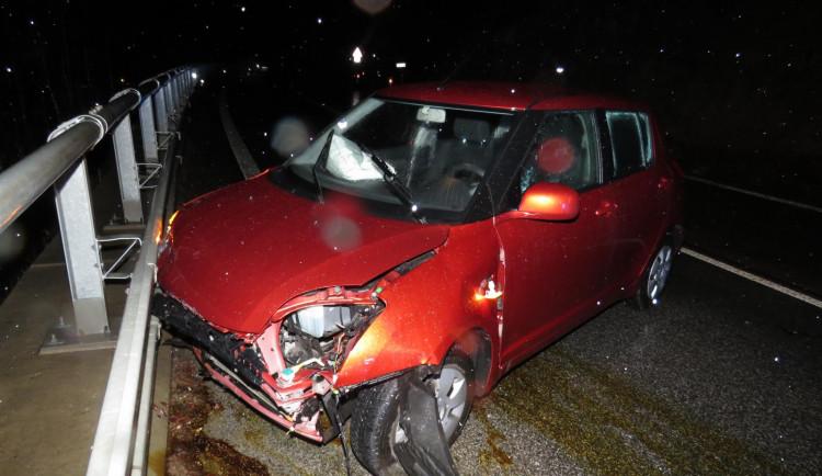 Řidič dostal smyk, narazil do skály a skončil ve svodidlech