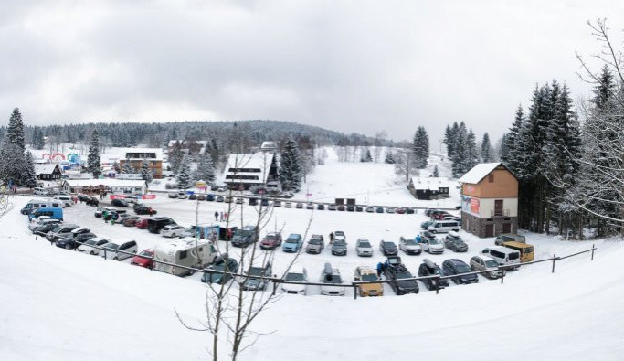 Lyžaři v Bedřichově si ode dneška připlatí za parkování