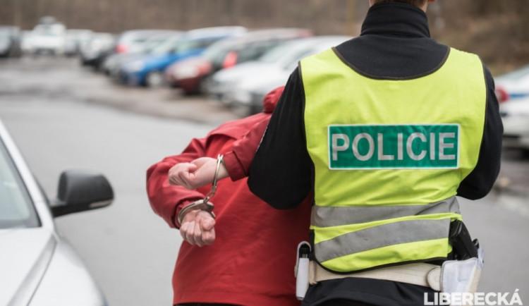 Cizinec ve vlaku napadl ženu, potom kopl policistu do břicha