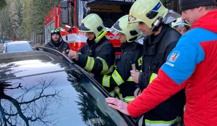 V zamčeném autě na Ještědu zůstalo tříměsíční dítě. Pomohla horská služba s hasiči