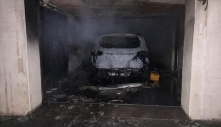 Auto v podzemní garáži rodinného domu začalo hořet. Škoda je milion