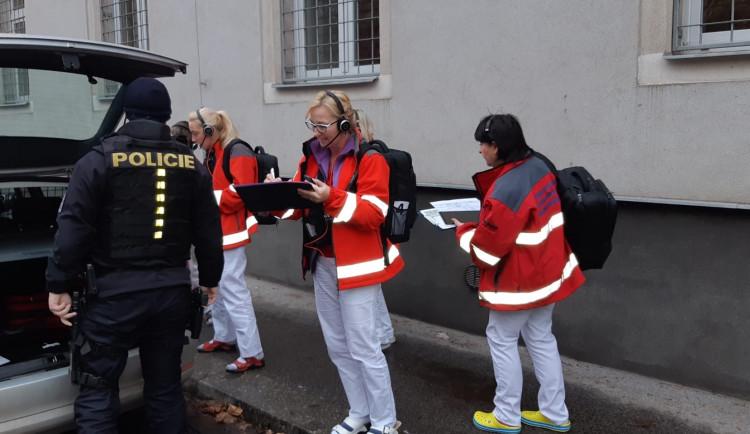 Evakuace dispečinku záchranky. Dispečeři si vyzkoušeli, jak zachovat provoz jen s mobily a vysílačkami