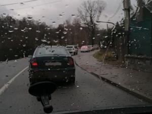 Nehoda uzavřela silnici v Mníšku, po střetu aut jsou dva zranění