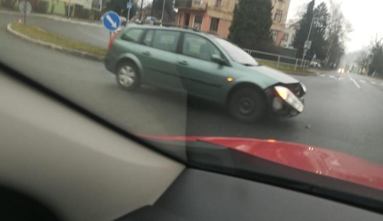 Nehoda v Jablonci. V centru se v ulici Budovatelů srazila dvě auta