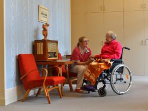 Popovídat si, zahrát hru nebo luštit křížovku. Seniory v Senecura potěší dobrovolníci