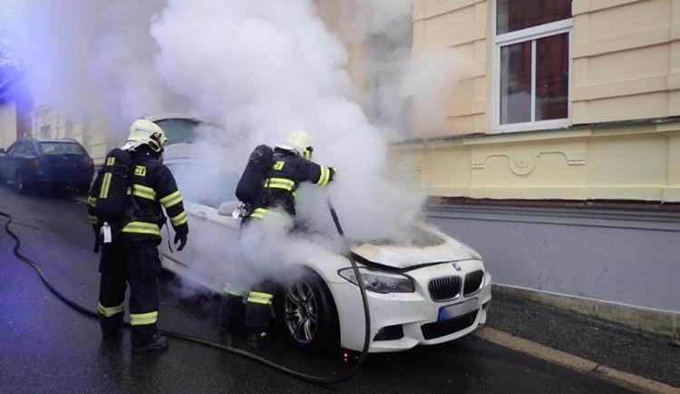FOTO: V Jablonci vyjížděli hasiči k hořícímu autu