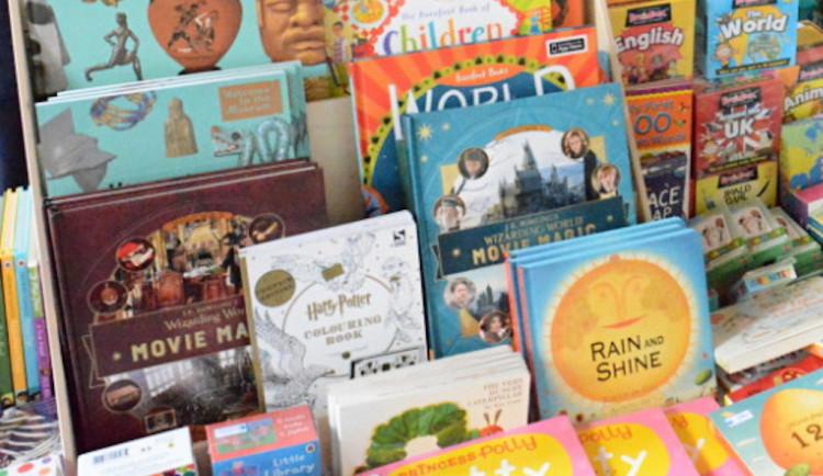 Máte doma nevyužité knihy po dětech? Dejte jim druhý život