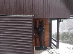 Policisté v zimě kontrolují rekreační objekty. Tentokrát zamířili na Béďov