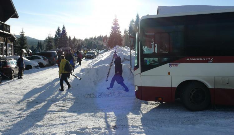 Autobusem i vlakem na lyže. Speciální linky vozí lyžaře až ke stopě
