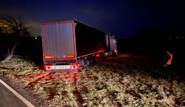 FOTO: Kamion uvízl u Hrádku v poli. Řidič se chtěl otočit