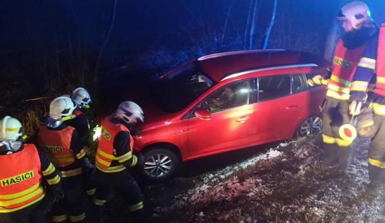 FOTO: Na Albrechťáku havarovalo auto, řidič nezvládl zatáčku a vylétl ze silnice
