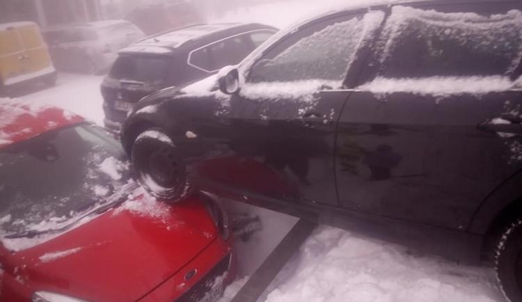 Kuriózní nehoda na Smědavě. Auto na parkovišti vjelo na jiný vůz